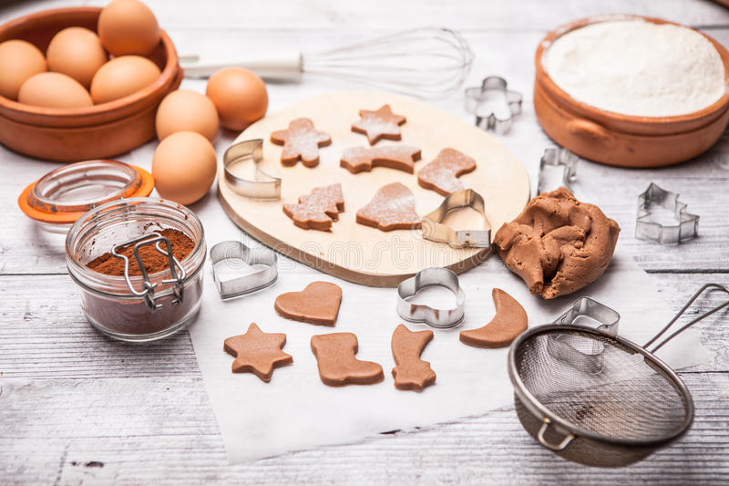 Biscotti di Natale di cottura immagine stock