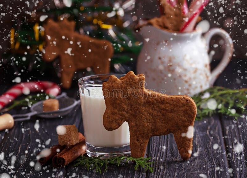 Biscotti di Natale nella forma dei cervi e del latte fotografia stock