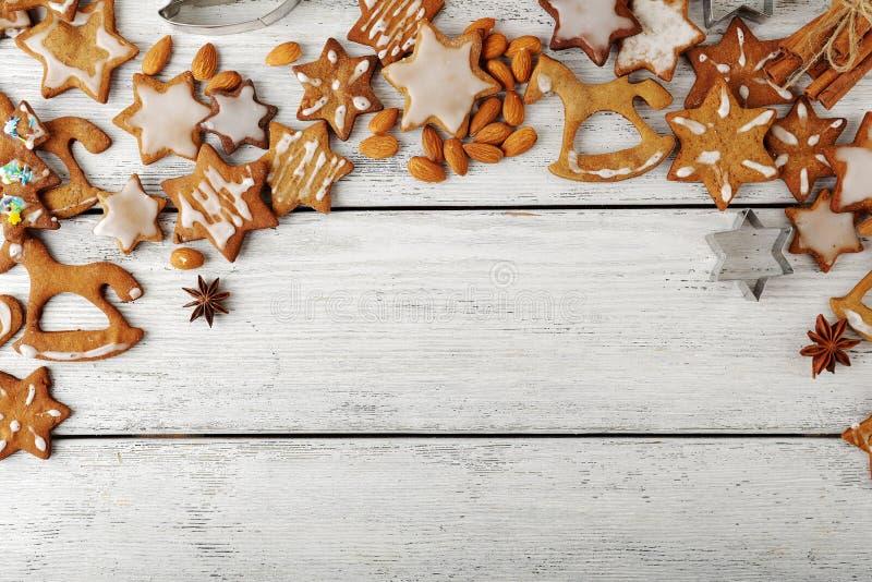 Biscotti di Natale sui bordi bianchi immagini stock