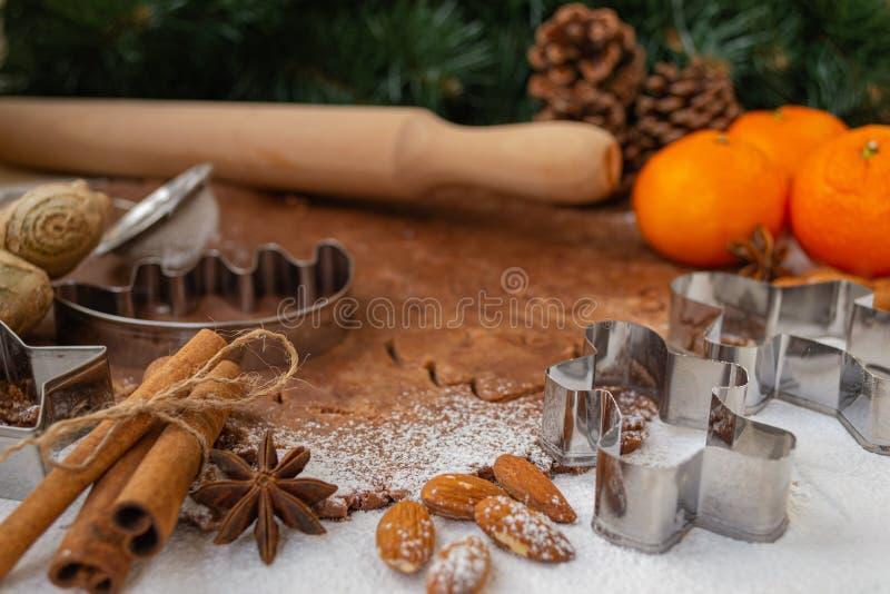 Biscotti di natale Uomini di pan di zenzero sorridenti Regali delle decorazioni di Natale immagini stock libere da diritti