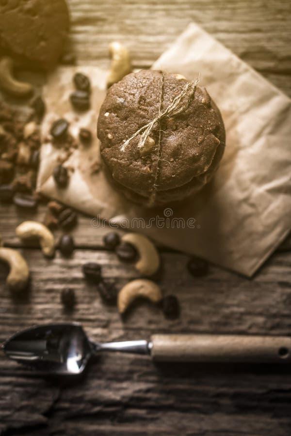 Biscotti di pepita di cioccolato di recente al forno sulla tavola di legno rustica fotografia stock libera da diritti