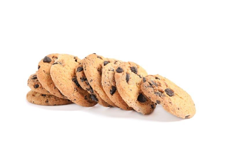Biscotti di pepita di cioccolato saporiti isolati su fondo bianco fotografie stock