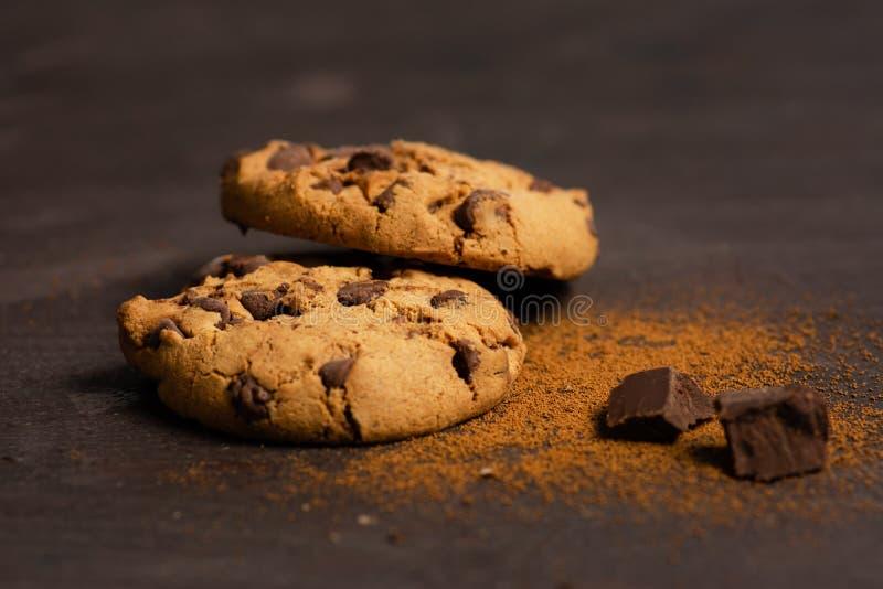 Biscotti di pepita di cioccolato su una tavola immagini stock