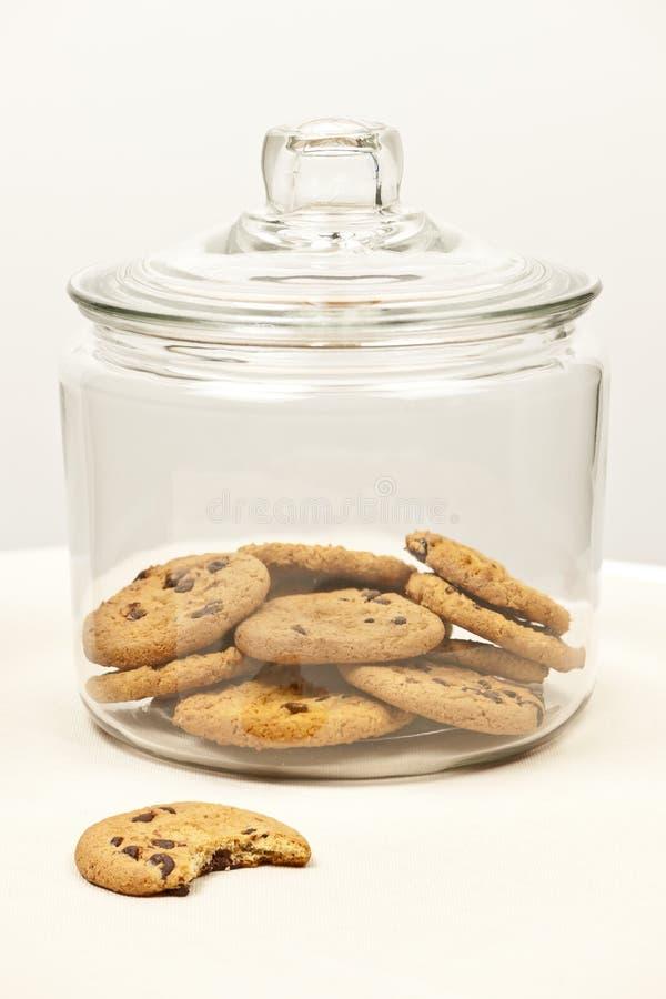 Biscotti di pepita di cioccolato in barattolo fotografie stock libere da diritti