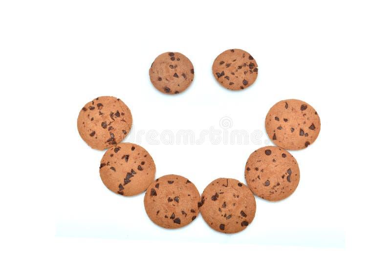 Biscotti di pepita di cioccolato che fanno il fronte di sorriso fotografie stock libere da diritti
