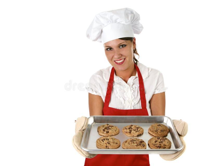 Biscotti di pepita di cioccolato di cottura della donna per la sua famiglia fotografia stock