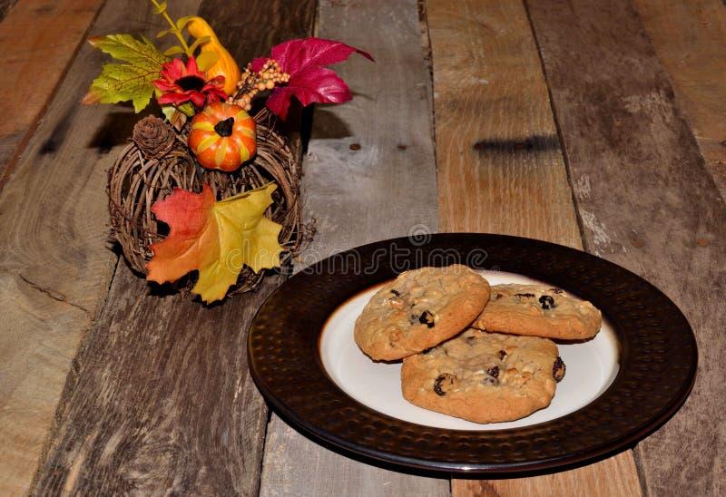 Biscotti di uva passa della farina d'avena con la decorazione di autunno fotografie stock
