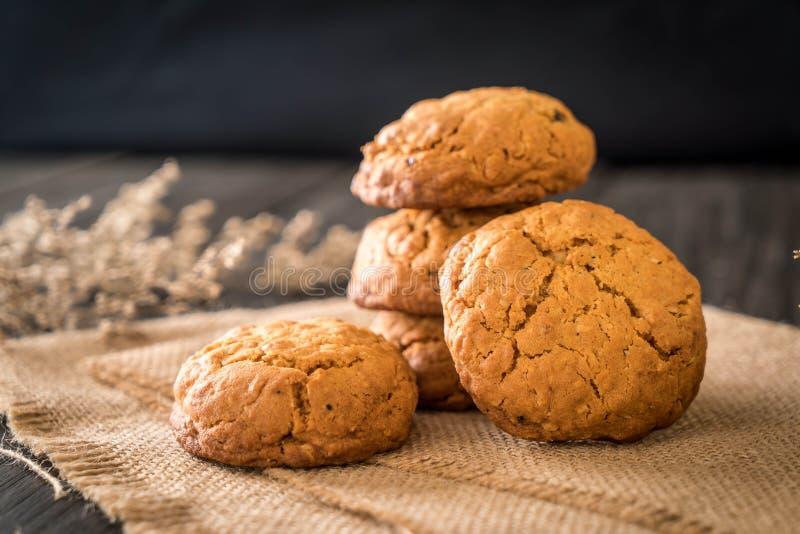 biscotti di uva passa della farina d'avena su legno fotografia stock libera da diritti