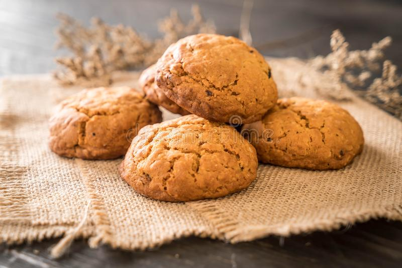 biscotti di uva passa della farina d'avena su legno fotografie stock
