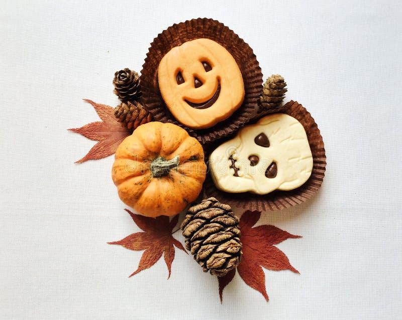 Biscotti divertenti del panino di Halloween e mini zucche fotografie stock