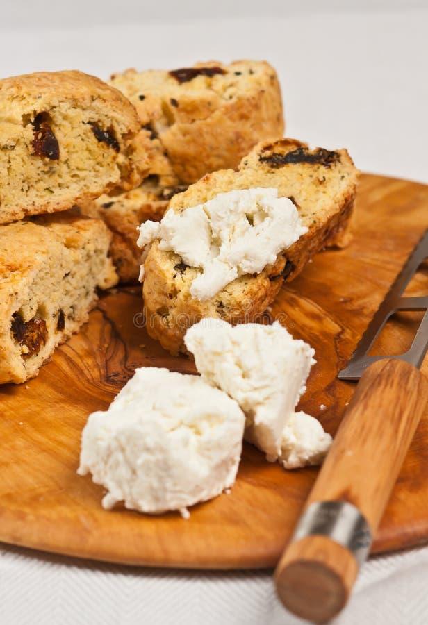 Biscotti do tomate e queijo creme recentemente cozidos, caseiros, sol-secados imagens de stock