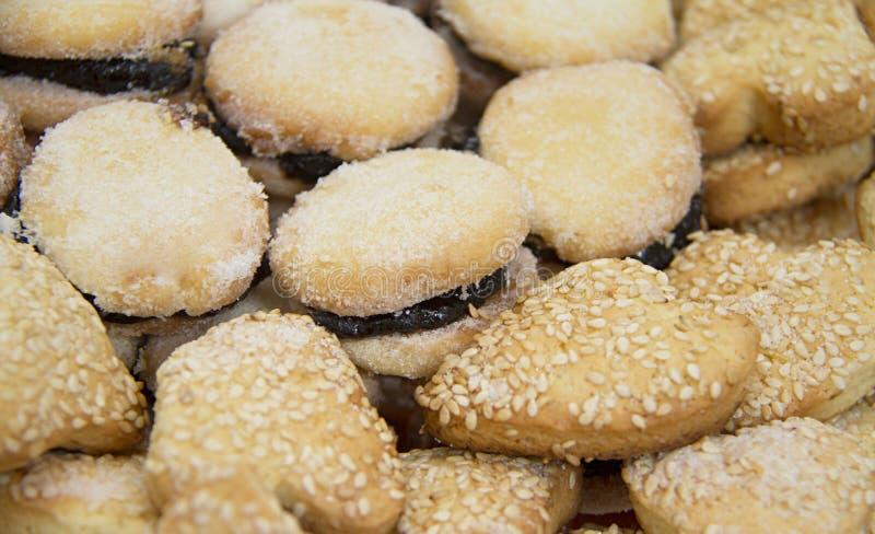 Biscotti dolci con inceppamento e sesamo In forma di cuore e circolare fotografie stock