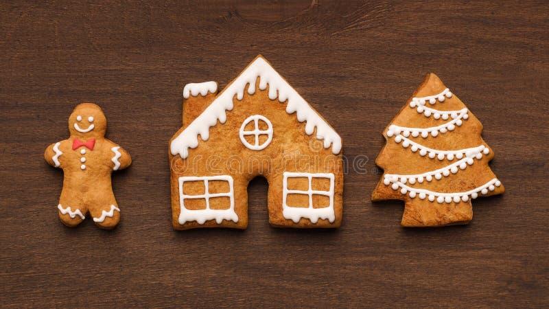 Biscotti dolci del pan di zenzero di Natale su fondo di legno immagini stock libere da diritti