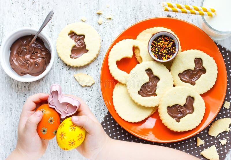 Biscotti dolci di Pasqua per i bambini e le uova variopinte fotografia stock libera da diritti
