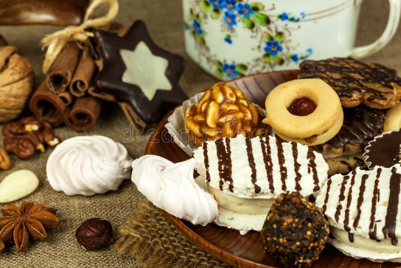 Biscotti domestici su un tavolo da pranzo Alimento dolce non sano I pericoli di obesità e di diabete fotografie stock