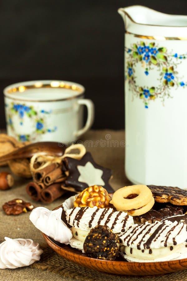 Biscotti domestici su un tavolo da pranzo Alimento dolce non sano I pericoli di obesità e di diabete fotografie stock libere da diritti