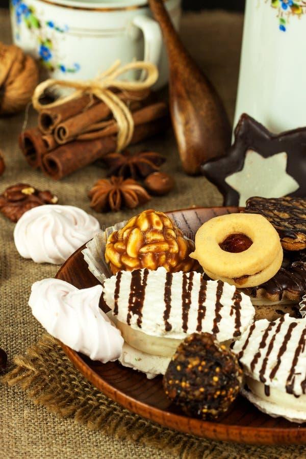 Biscotti domestici su un tavolo da pranzo Alimento dolce non sano I pericoli di obesità e di diabete fotografia stock libera da diritti