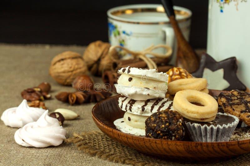 Biscotti domestici su un tavolo da pranzo Alimento dolce non sano I pericoli di obesità e di diabete fotografia stock