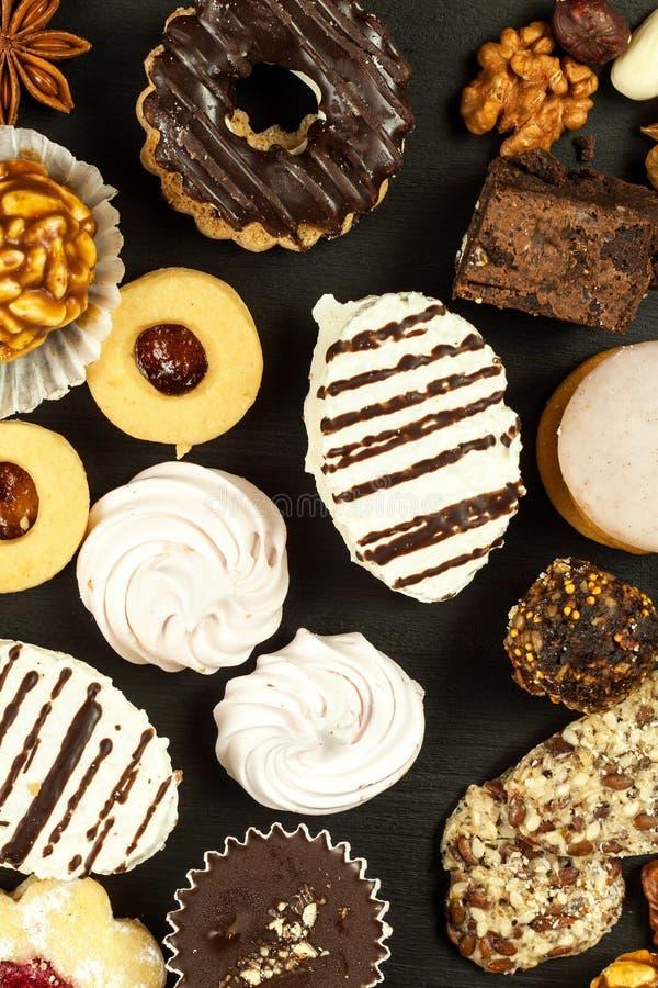 Biscotti domestici su un tavolo da pranzo Alimento dolce non sano I pericoli di obesità e di diabete immagine stock libera da diritti