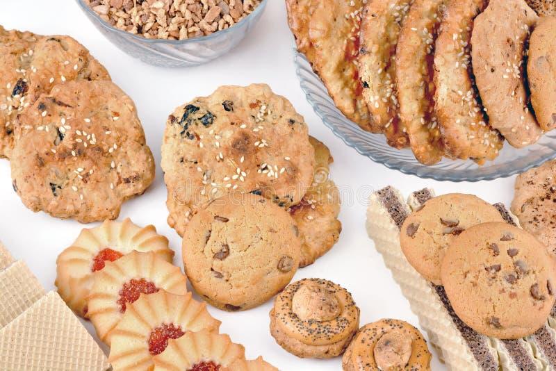Biscotti e cialde di farina d'avena dolci su una tavola bianca fotografia stock