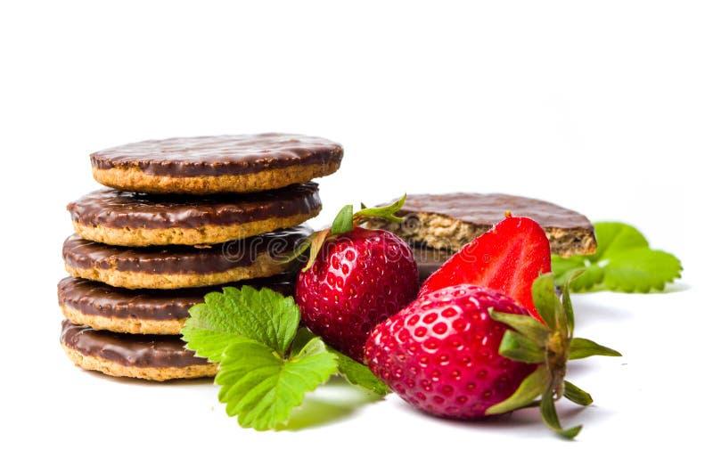 Biscotti e frutta della fragola isolati immagine stock libera da diritti