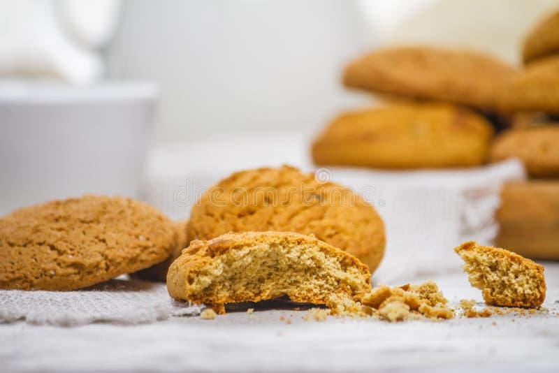 Biscotti e latte di farina d'avena deliziosi freschi per la prima colazione fotografia stock libera da diritti