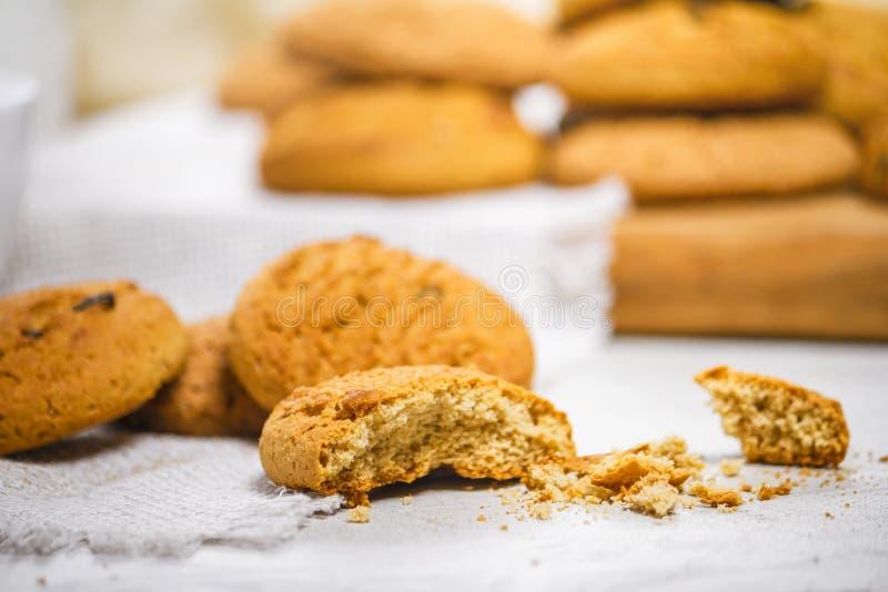 Biscotti e latte di farina d'avena deliziosi freschi per la prima colazione fotografie stock libere da diritti