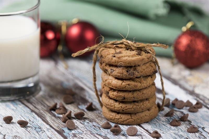 Biscotti e latte per Santa fotografia stock