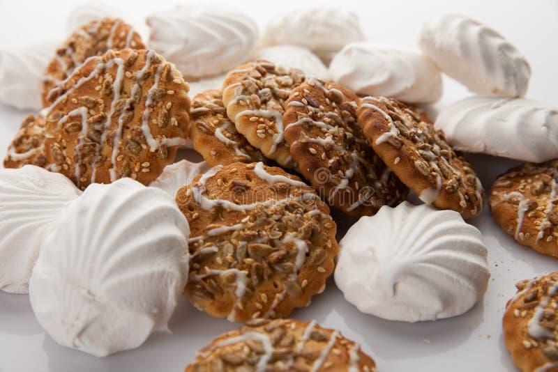 Biscotti e merengue fotografie stock