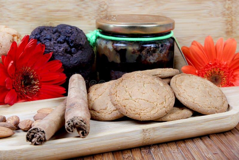 Biscotti e muffin di mandorla immagini stock libere da diritti