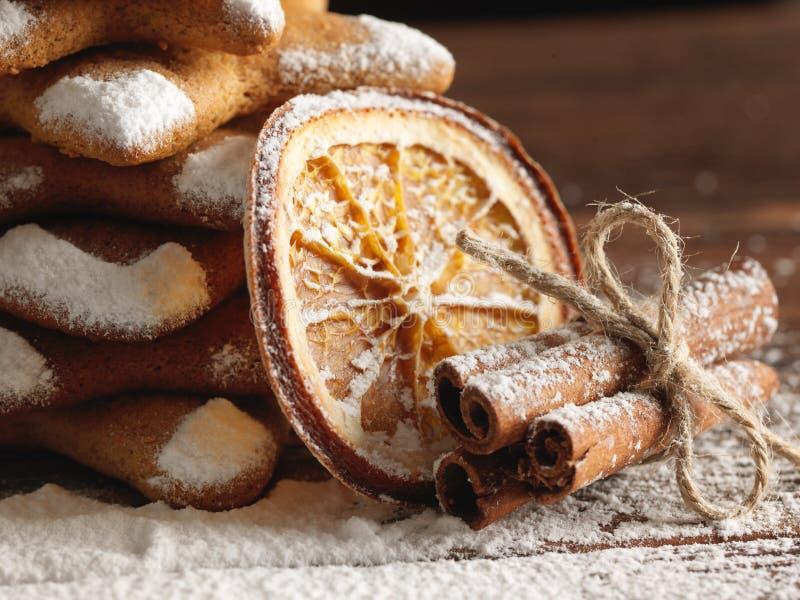 Biscotti e spezie del pan di zenzero di Natale su fondo di legno immagine stock