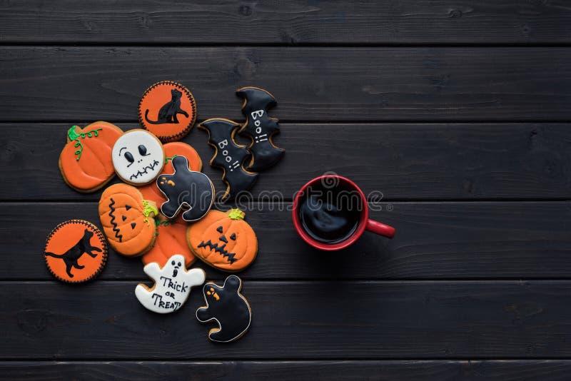 Biscotti e tazza di caffè di Halloween immagini stock libere da diritti