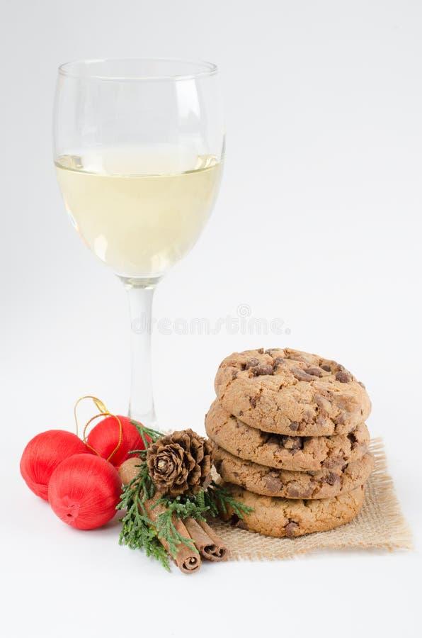 Biscotti e vetro di vino immagini stock