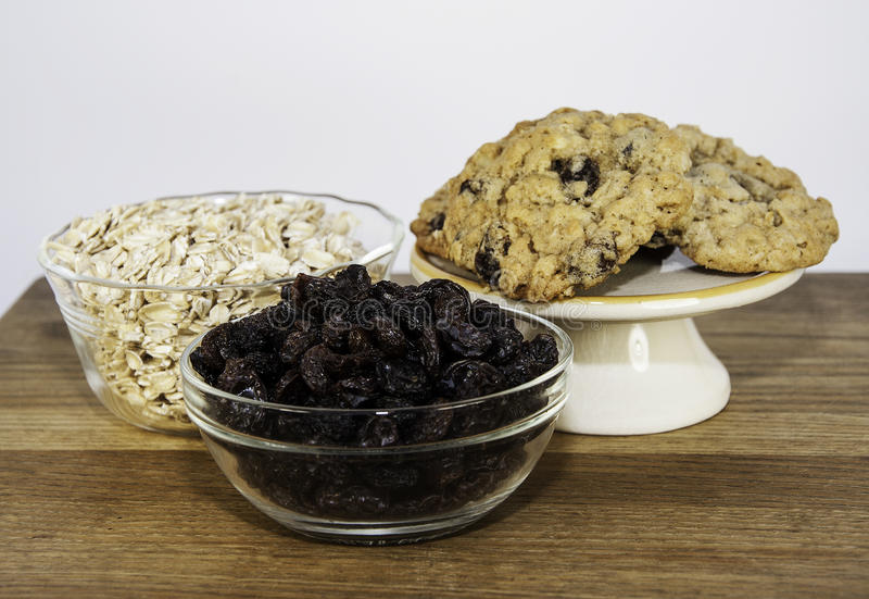 Biscotti ed ingredienti di farina d'avena casalinghi fotografie stock libere da diritti