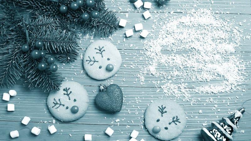 Biscotti ed ossequi di Natale sulla tavola Regali dolci per il bambino immagine stock