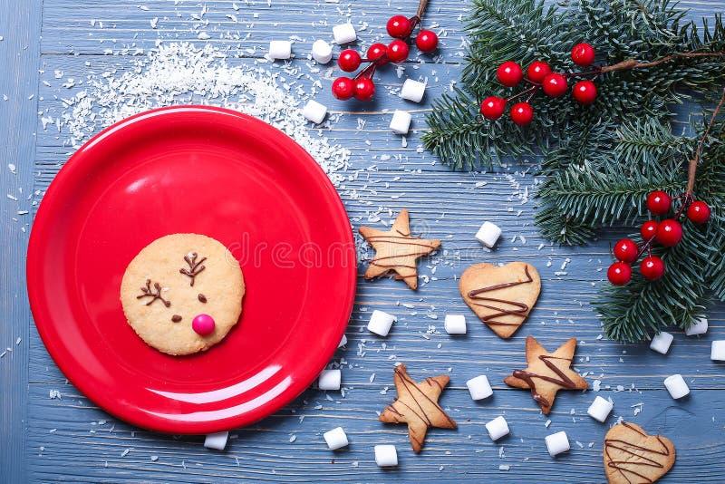 Biscotti ed ossequi di Natale sulla tavola Regali dolci per il bambino immagini stock libere da diritti