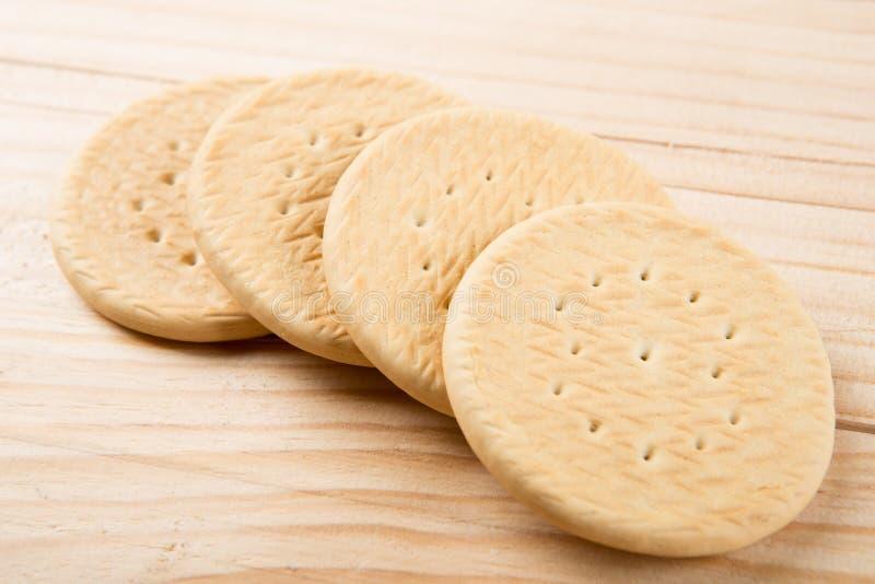 Biscotti fatti a mano sul concetto casalingo del forno dello scrittorio di legno fotografia stock libera da diritti