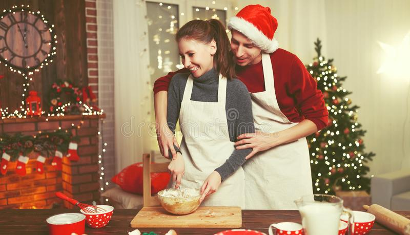 Biscotti felici di natale di cottura della coppia sposata fotografia stock libera da diritti
