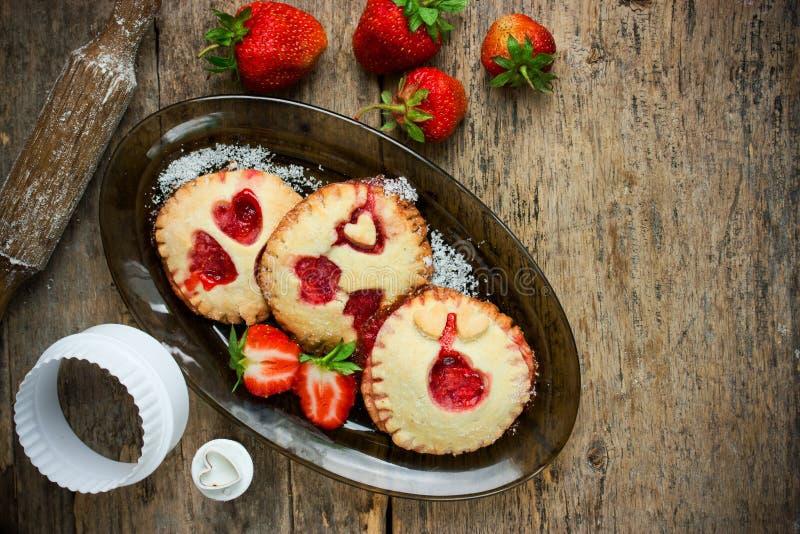 Biscotti festivi dell'alimento di giorno di biglietti di S. Valentino con le fragole fresche fotografie stock libere da diritti