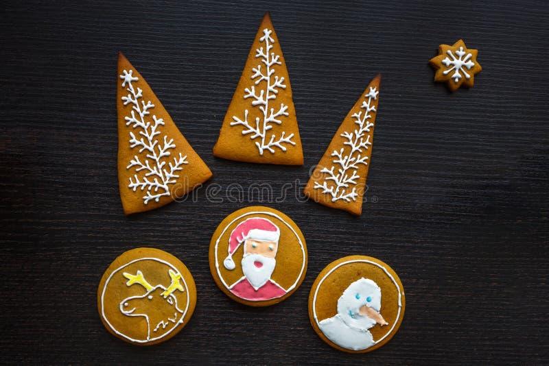 Biscotti festivi fatti a mano del pan di zenzero sotto forma di stelle, fiocchi di neve, la gente, calzini, personale, guanti, al fotografia stock