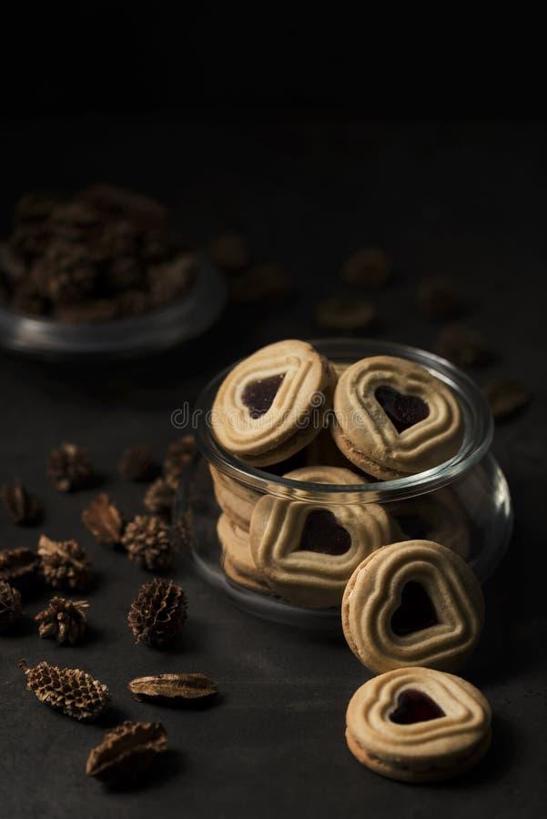 Biscotti in forma di cuore di biscotto al burro con inceppamento fotografie stock