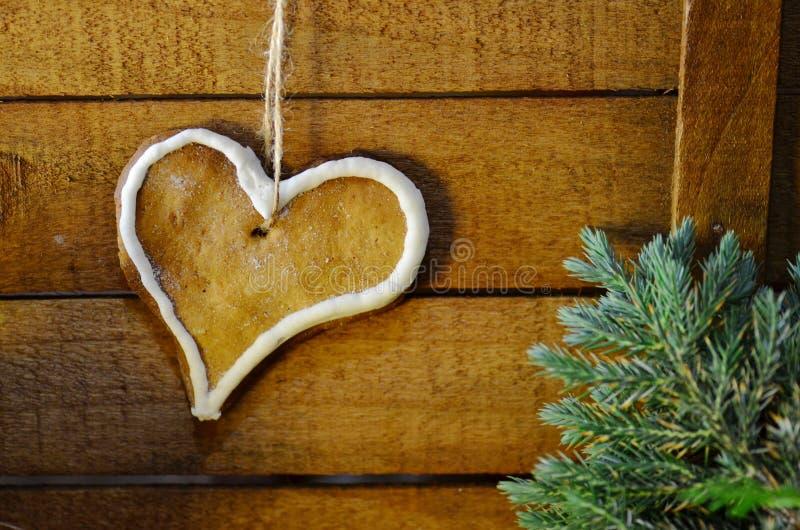 Biscotti a forma di cuore con la glassa dello zucchero fotografia stock