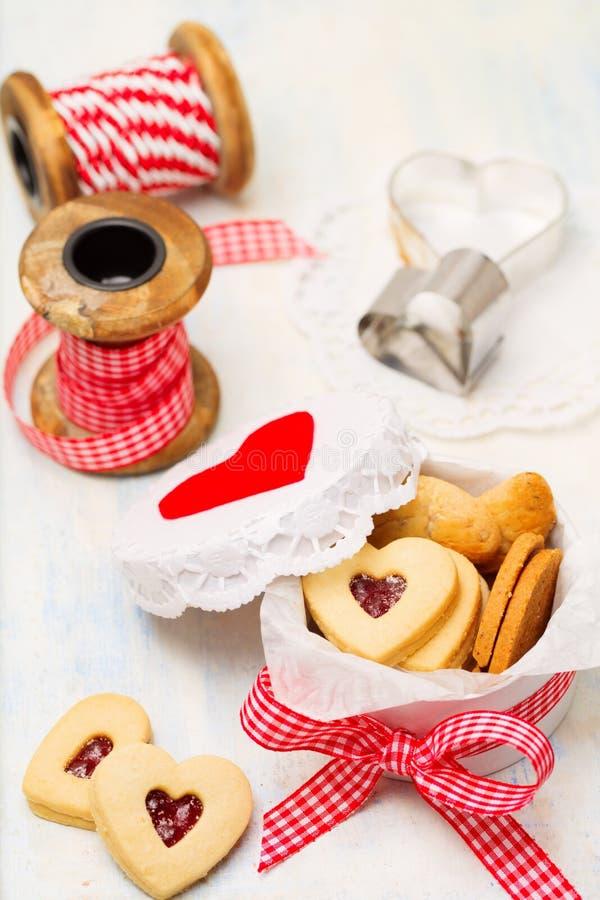 Biscotti in forma di cuore dell'inceppamento fotografie stock