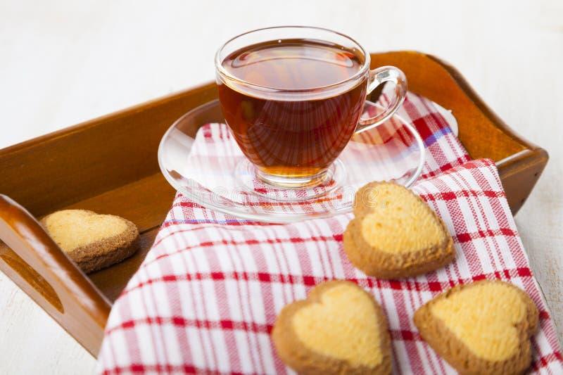 Biscotti in forma di cuore e tè per il giorno del ` s del biglietto di S. Valentino della st fotografie stock libere da diritti