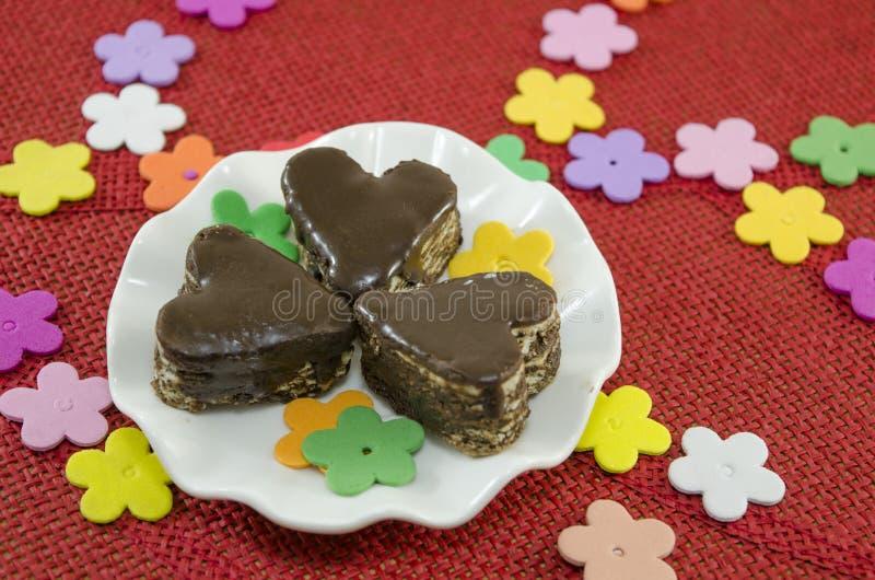 Biscotti a forma di del cioccolato del cuore su un piatto immagini stock