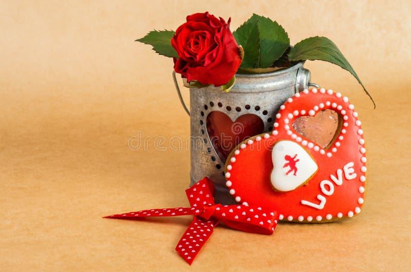 Biscotti a forma di del cuore di San Valentino con glassa fotografie stock