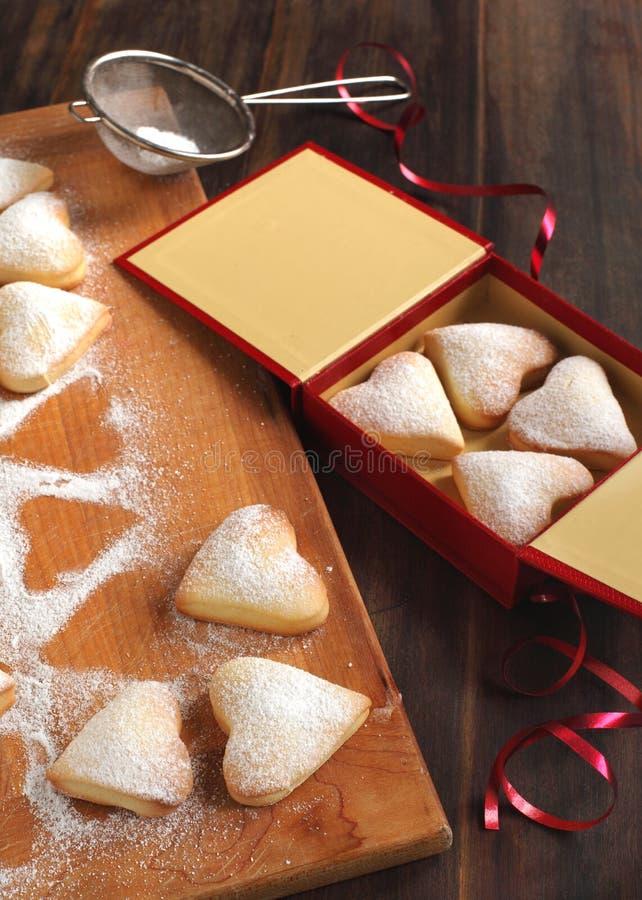 Biscotti a forma di del cuore per il giorno del biglietto di S. Valentino fotografia stock