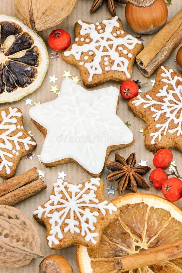 Biscotti a forma di stella casalinghi del pan di zenzero di Natale, dadi, spezie fotografia stock