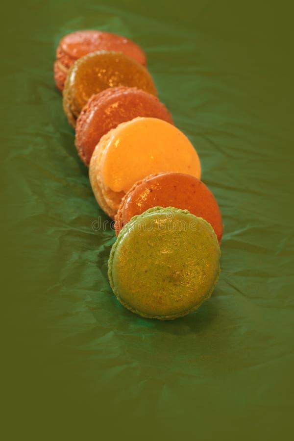 Biscotti francesi del maccherone nei colori di caduta fotografie stock libere da diritti