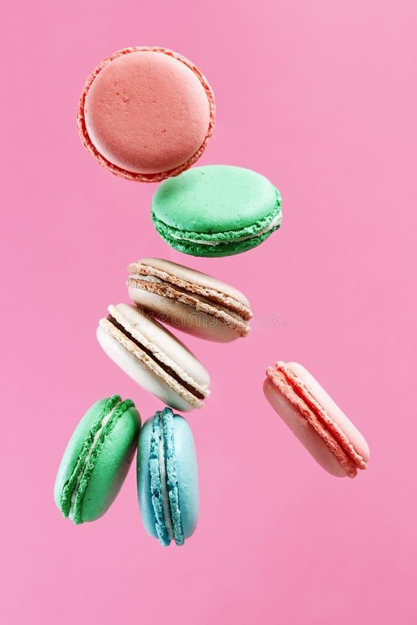 Biscotti francesi variopinti dolci del macaron su fondo rosa fotografia stock libera da diritti